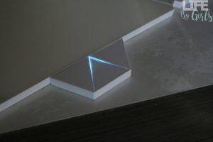 Quand on est geek et que l'on cherche à faire la décoration de notre intérieur, on se tourne très souvent vers de nouvelles technologies. De plus en plus d'ampoules connectées font leur apparition sur le marché, mais je vais vous présenter un produit qui dépasse largement cette gamme. Un vrai coup de cœur pour mon intérieur ! On découvre ensemble Nanoleaf light panels.   Un carton bien mystérieux  Une fois le gros carton reçu, on se demande si cela est vraiment une lampe ! Oui, car Nanoleaf light panels est un système de 9 panneaux lumineux qui sont reliés entre eux, ce qui va permettre de les mettre en place. Un câble d'alimentation, un panneau de contrôle et l'extension Rhythm vont permettre de faire pulser vos panneaux en fonction de la musique ou du bruit ambiant. De plus, vous avez des petits patchs adhésifs double face pour ainsi pouvoir les accrocher au mur sans abimer ce dernier !   Nanoleaf Light Panels : Rendez votre décoration en 2.0 Installation de Nanoleaf  Lorsqu'on découvre le système, on peut avoir peur de la mise en place et de l'installation. Le plus difficile est de choisir une forme. Si vous ne savez pas trop au début, vous avez plusieurs propositions de mise en place en ligne. En voici quelques-unes :   Une fois la forme choisie, vous n'avez plus qu'à assembler les triangles lumineux avec les petits ponts (comme une carte Sim). Si vous avez peur de vous tromper, une vidéo est disponible. Là, au moins, aucun problème à prévoir. Rassurez-vous, c'est très facile (j'y suis arrivée !).    Une fois branché au secteur, vous n'avez plus qu'à les connecter au Wi-Fi. Pour les possesseurs d'iPhone (comme moi), l'application HomeKit sera parfaite pour vous aider à la connecter un peu partout. Pour les possesseurs d'un téléphone Android, il suffira de passer par les paramètres Wi-Fi et de les synchroniser. Vous voilà prêt à passer à l'étape la plus sympa : la personnalisation et la contemplation de nos panneaux ! Le test du Nanoleaf   Lorsque l'installation 